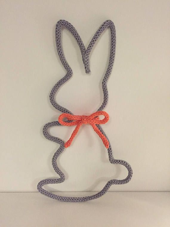 Lapin en tricotin fait main avec son joli noeud Idéal pour décorer