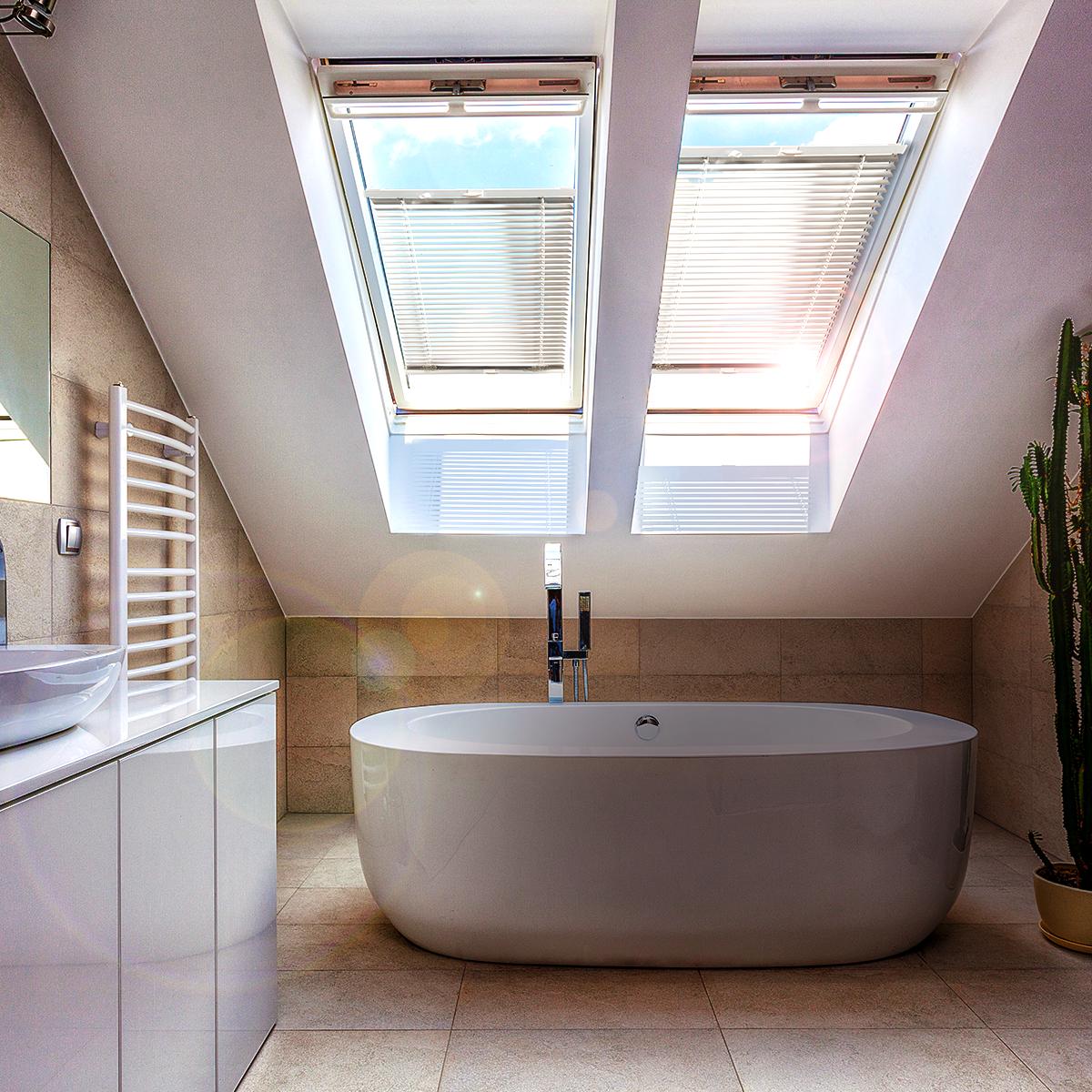 Individuelle Dachfenster Plissees Sorgen Fur Ein Behagliches Wohngefuhl Im Badezimmer Badezimmer Plissee Interior Dachfenster In 2020 Dachfenster Badezimmer Dach