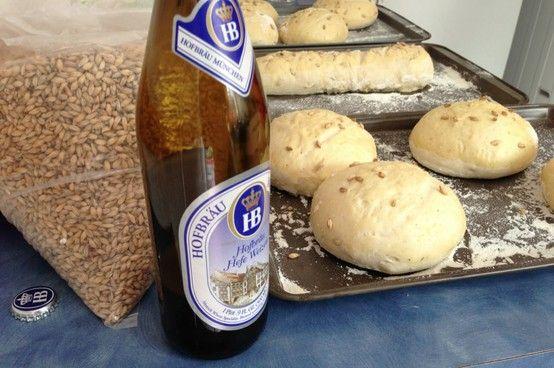 Nuestro Pan para nuestra HamBeerGuer está hecho con mucha pasión, cebada y HB!
