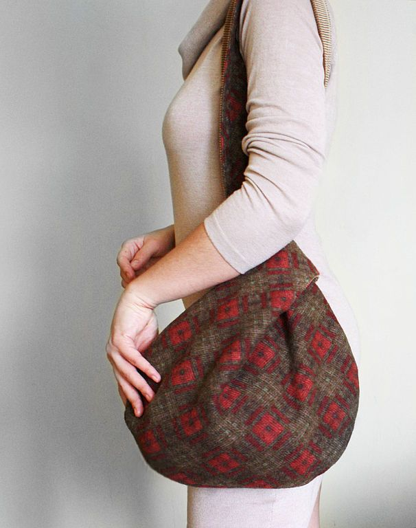 Great bag, would be a nice second life for an old knitted wool sweater.