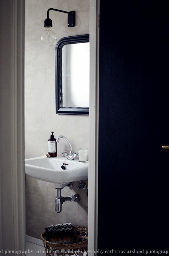 En morsom lampe, et fint speil og en lekker veggfarge er alt som skal til.