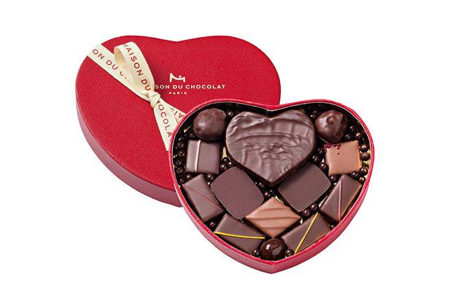ハート ギフトボックス 13粒入(税込5,832円) 大きなハート型のボックスにダークガナッシュやバレンタイン限定レシピ2種、定番レシピ5種類の計13粒を詰め込んだ「ラ・メゾン・デュ・ショコラ(La Maison du Chocolat)」限定ギフトボックス。42粒入り(税込1万5,336円)もあります。