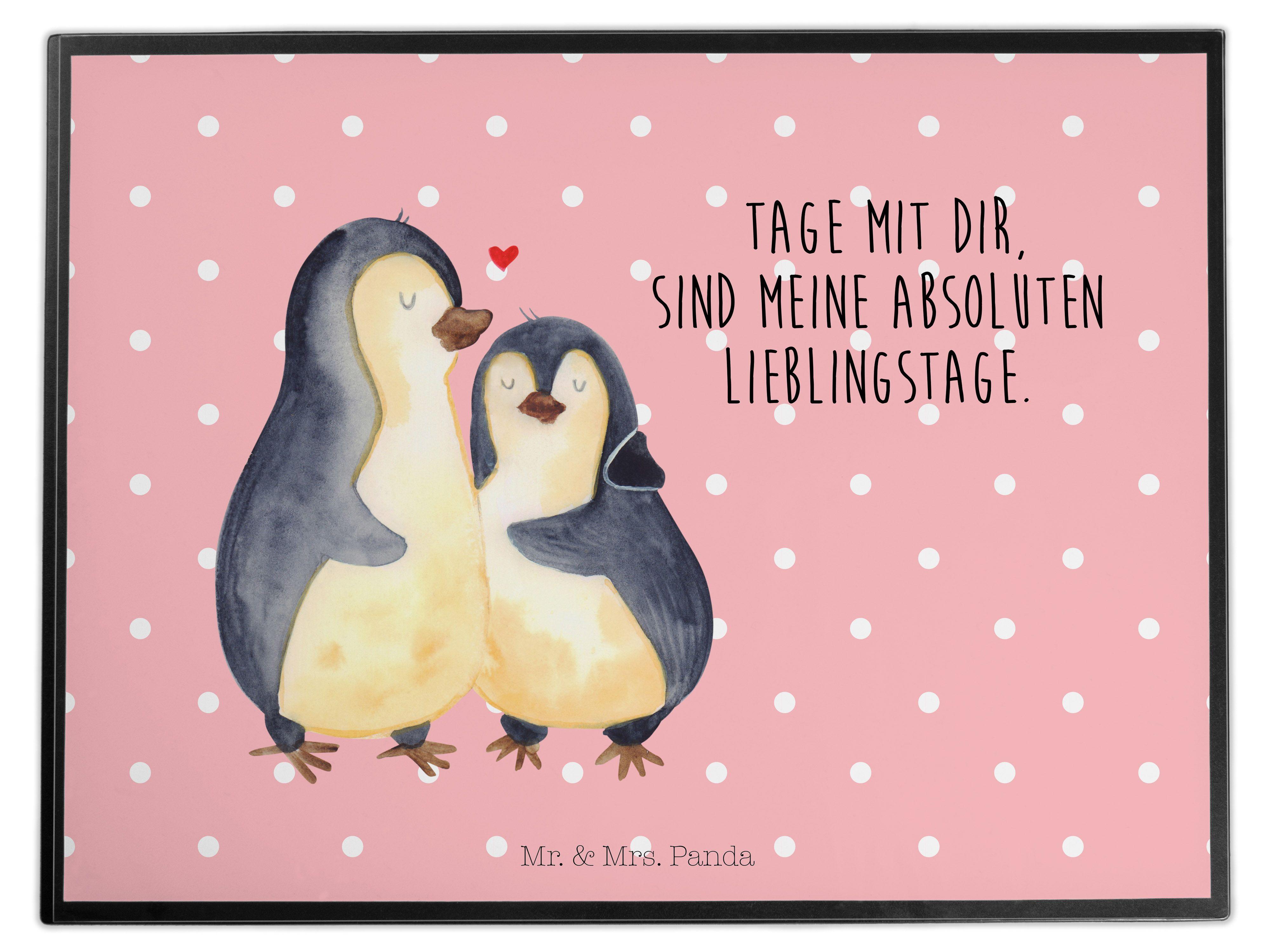 Schreibtischunterlage Pinguin umarmend aus Kunststoff  Schwarz - Das Original von Mr. & Mrs. Panda.  Die Schreibtischunterlage wird in Deutschland exklusiv für Mr. & Mrs. Panda gefertigt und ist aus hochwertigem Kunststoff hergestellt. Eine ganz tolle Besonderheit ist die einzigartige Einlegelasche an der Seite, mit der man das Motiv kinderleicht gegen andere Motive von Mr. & Mrs. Panda tauschen kann.    Über unser Motiv Pinguin umarmend  Unsere Pinguin-Kollektion ist unser kleines Herzstück. Je