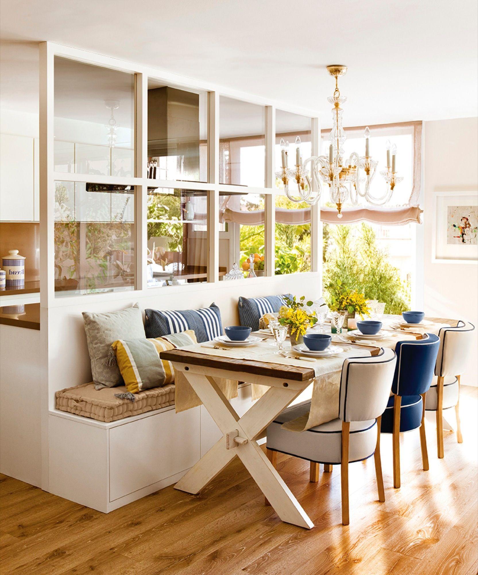comedor conectado con la cocina con banco mesa de madera
