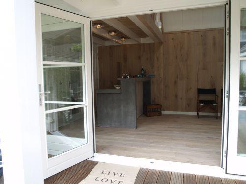 Stoere keuken en bar voor buiten in eiken met beton buitenkeuken
