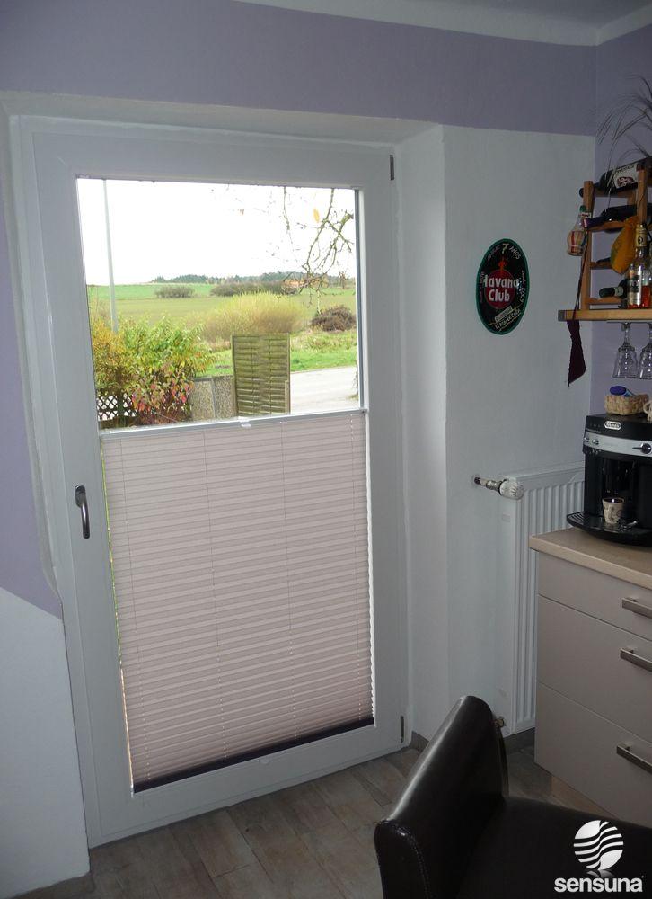 Sichtschutz Plissee an der Balkontür in der Küche / pleated blind on