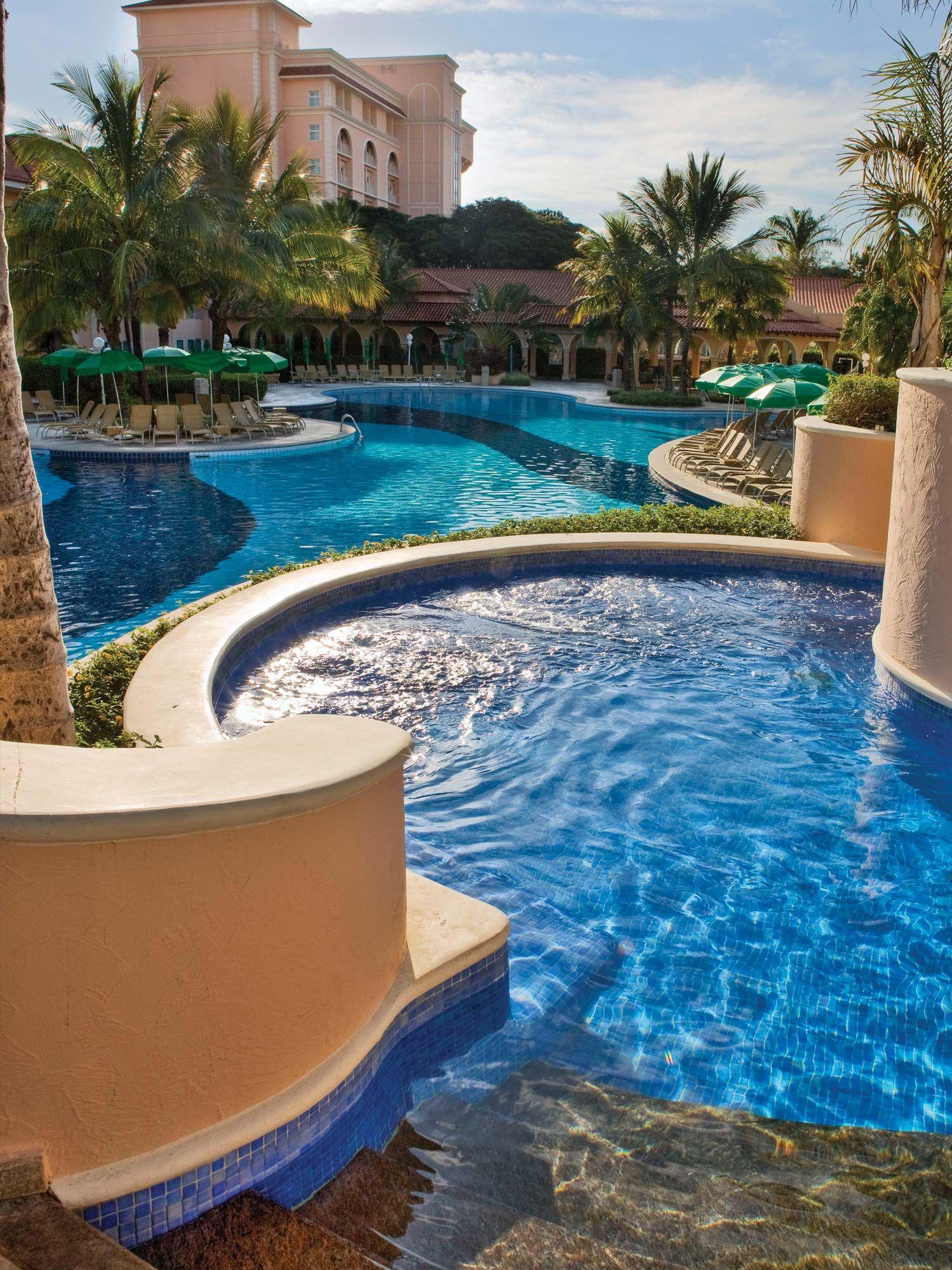 A Jacuzzi aquecida é ideal para quem quer relaxar nas piscinas do Royal.