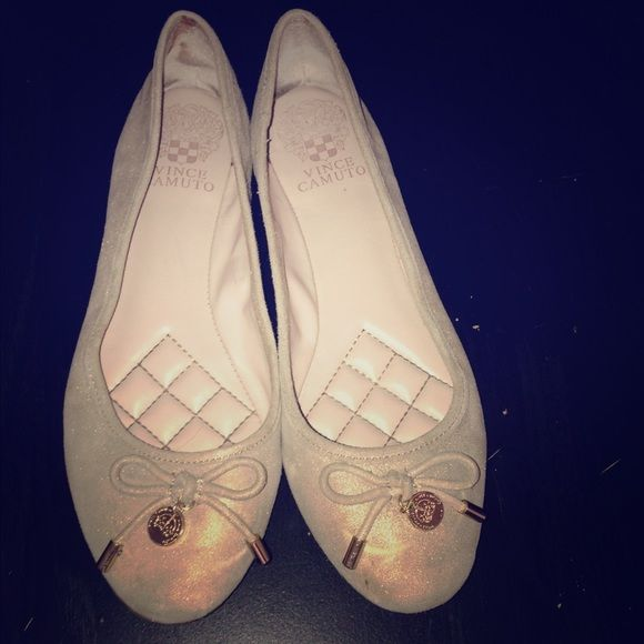 Vince Camuto flats Vince Camuto ballet flats. Size 7. These are pre owned and the condition is accurate to the photos. There will are a few wear marks on these shoes that are probably easily able to be cleaned out. Soft cushion sole and are very comfortable flats Vince Camuto Shoes Flats & Loafers