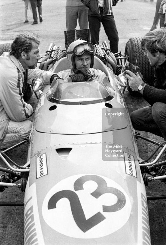 Bruce #McLaren and Jo Bonnier try to sort out problems with the Swedish driver's McLaren M5A BRM during practice for the 1968 British Grand Prix at Brands Hatch. #f1 #formula1