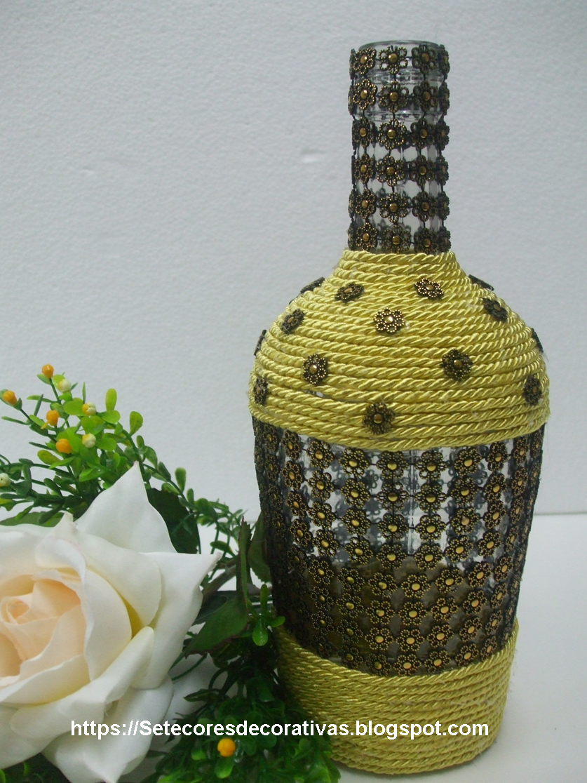 Garrafa reciclada com cordo e renda dourada