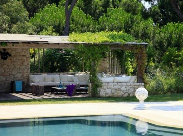 Un abri de jardin design differents pool for Barbecue de jardin en pierre