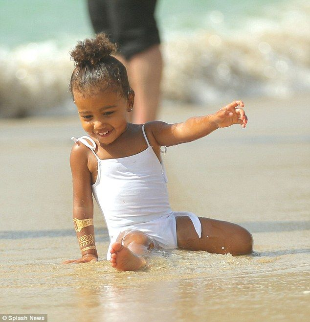 North West Giggles With Glee As She Splashes In The Sea With Penelope Kardashian Girls Kid Swag Celebrity Kids