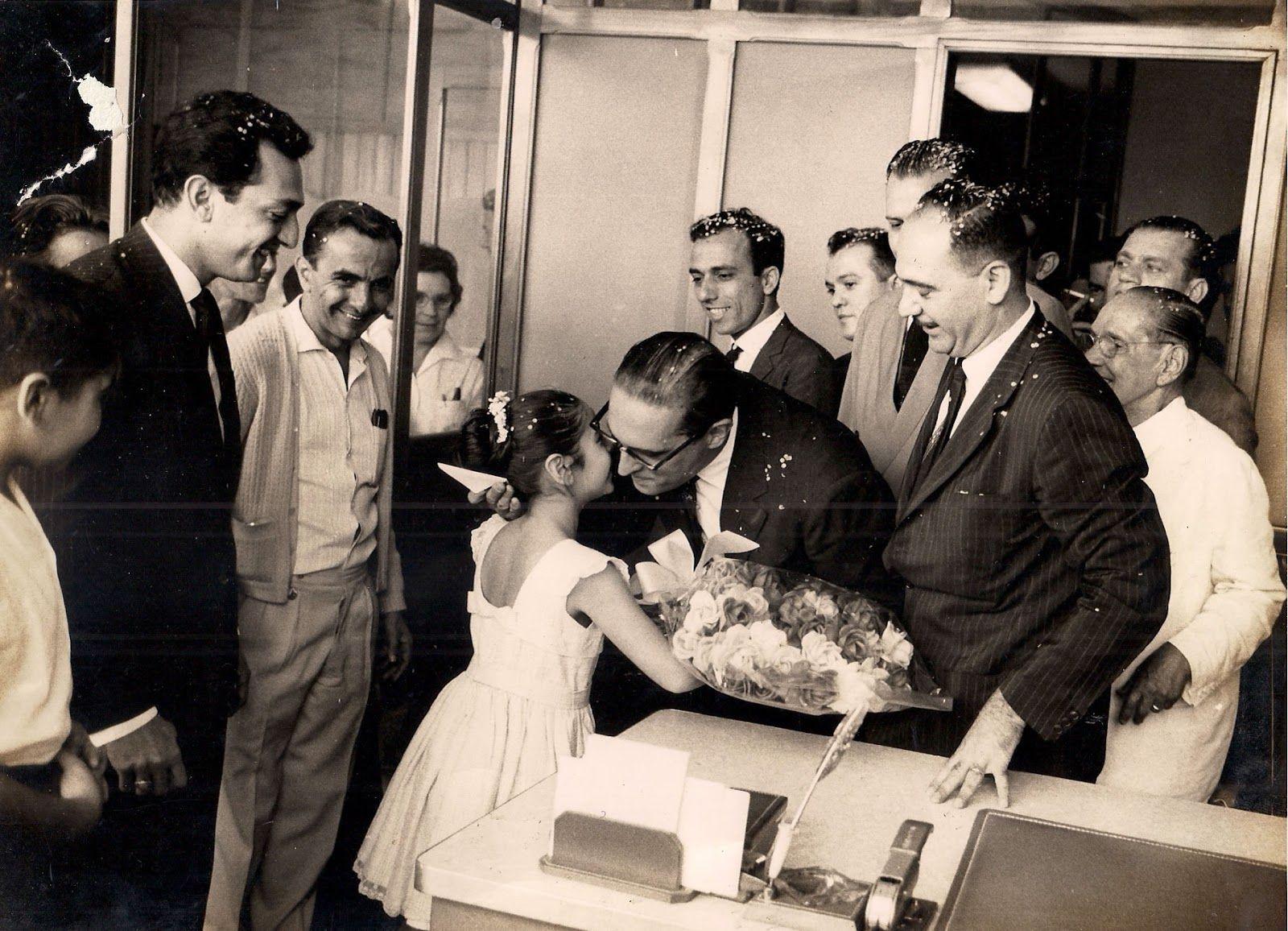 DEMETRIO-HABIB-02.jpg (1600×1156)Carlos Lacerda recebendo flores de Lilian Mary, filha de Demétrio Habib 05/out/1962 (Arquivo pessoal de Demétrio Habib)