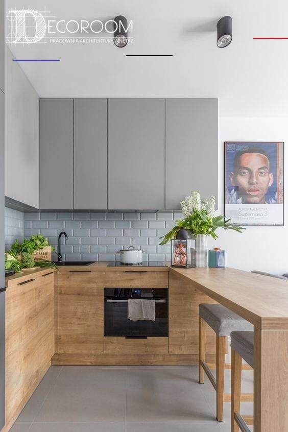 Einfache Küche mit Holzfronten und grau lackierten Fronten, Spritzschutz aus ..... - #kücheninspiration