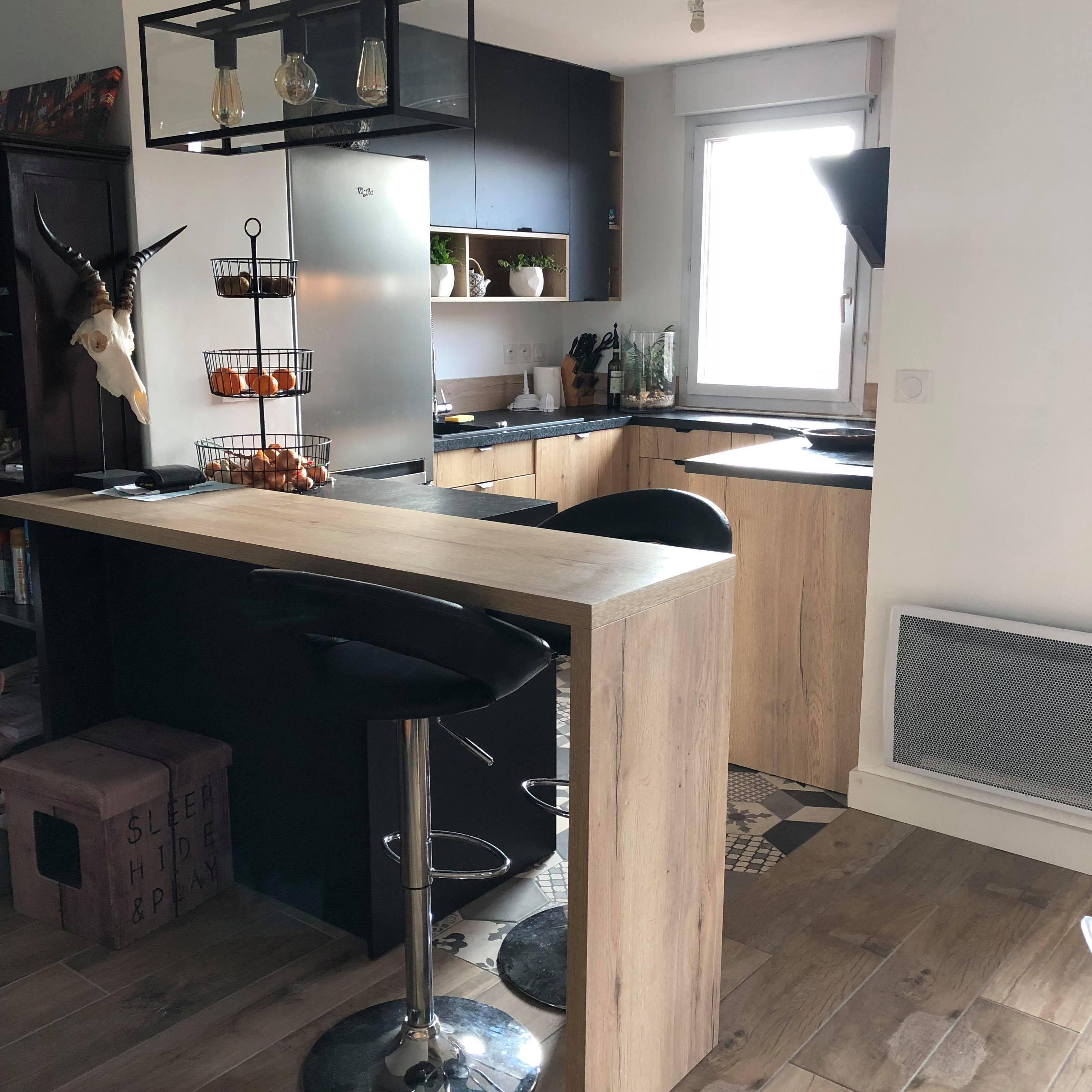 Une cuisine noire et bois dans un petit espace pleinement ...