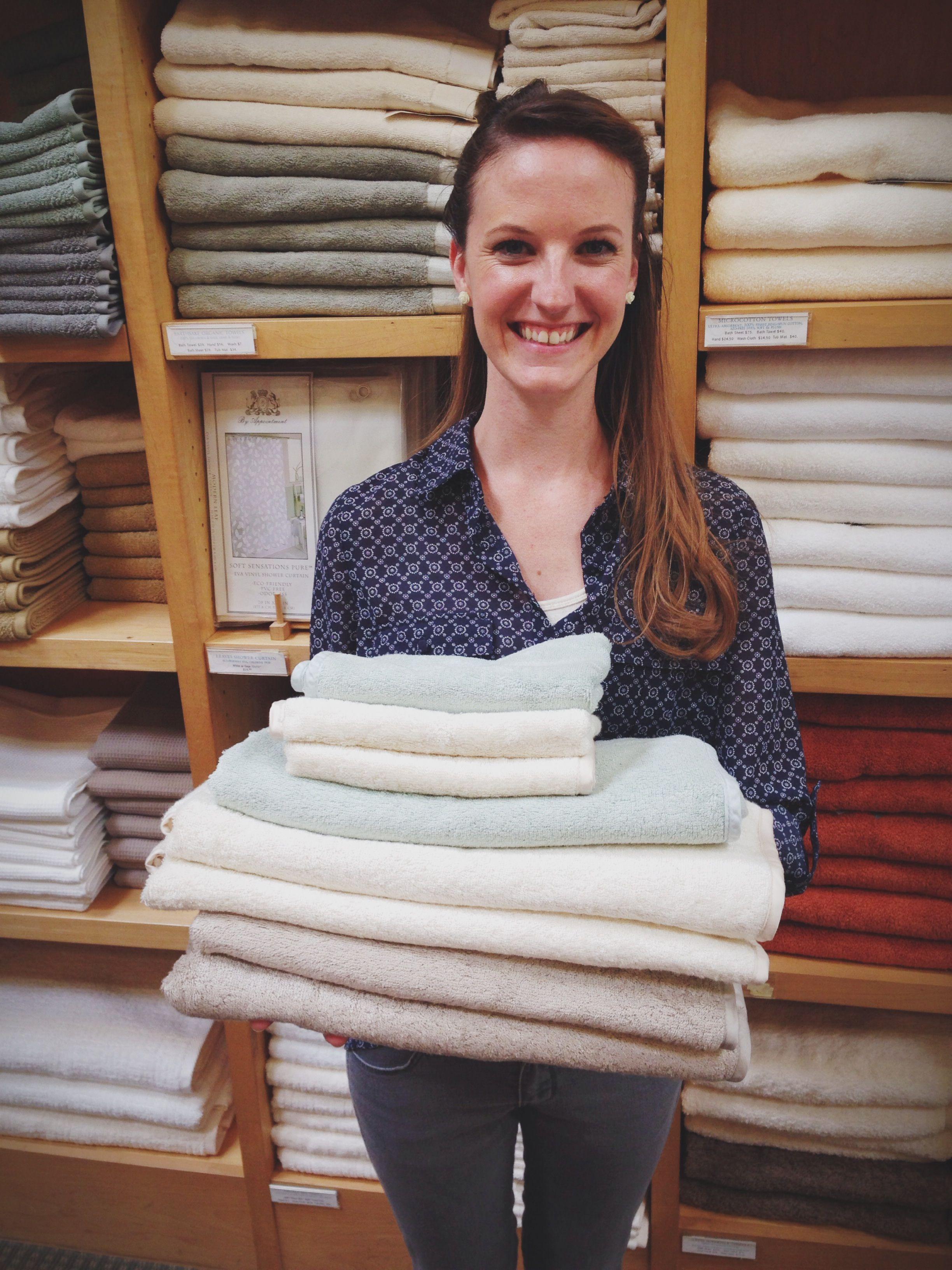 Eliminar la pelusa de las toallas nuevas: La pelusa en las toallas a estrenar es más común de lo que pensamos y muchas personas lo primero que hacen es quitarlas con la mano o sacudirlas, pero te aseguramos que esto no sirve para nada. http://www.casablanqueria.com/bano/eliminar-la-pelusa-de-las-toallas-nuevas/