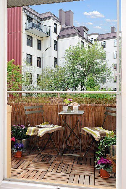 Imagem de http://www.ocontexto.com/wp-content/uploads/2012/02/Decora%C3%A7%C3%A3o-de-Varandas-Pequenas-de-Apartamento-1.jpg.