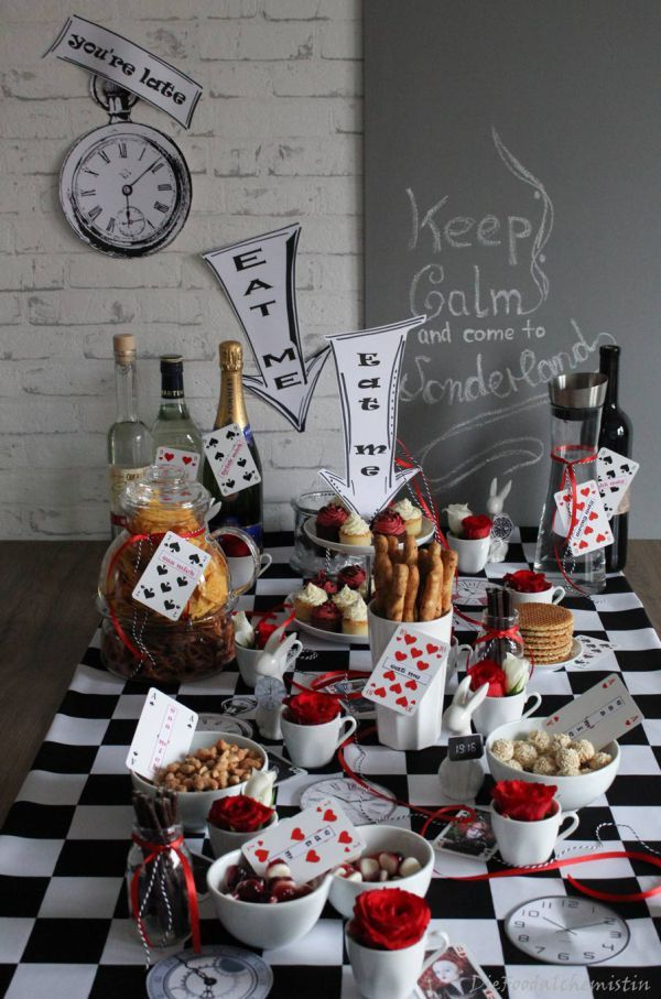 Wunderland party table ich liebe foodblogs for Tischdeko 80er party