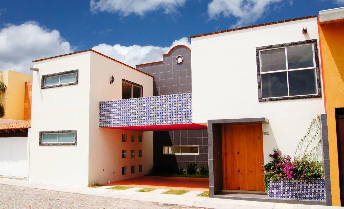 Casa en puebla moderna con un toque colonial casas for Fachadas con azulejo