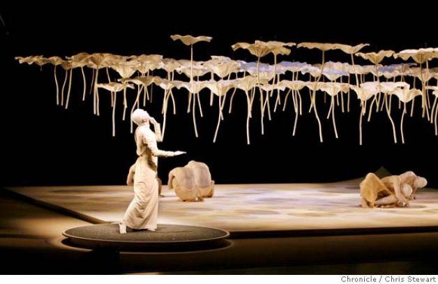 Butoh 0010 Cs Jpg The Japanese Butoh Company Sankai Juku From Japan Performs Kagemi Beyond The Metaphors Of M Set Design Theatre Scene Design Scenic Design