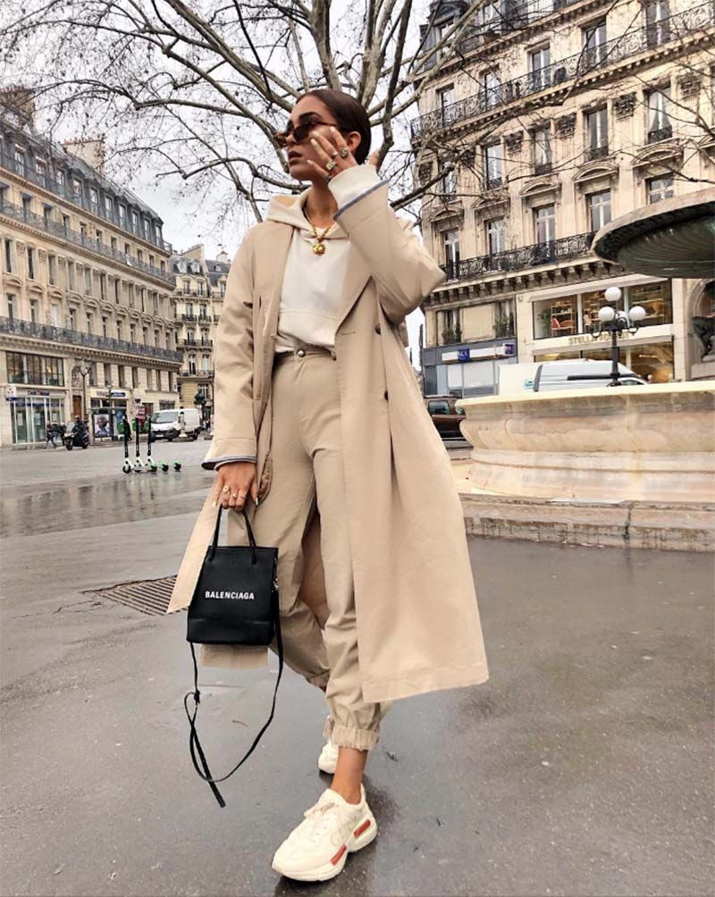 Nude outfit | oversized | trenchcoat | hoodie | beige | neutral | camel | ootd | sneakers | gold jewelry | sunglasses | summer outfit | streetstyle