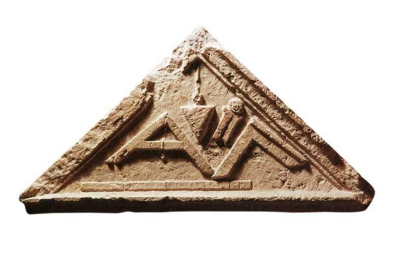 Coronamento di stele funeraria dal monumento sepolcrale degli Aebutii (I sec. d.C.) con gli strumenti di misurazione di un architetto; il regolo che si trova in basso è esattamente 2 piedi romani - Musei Capitolini