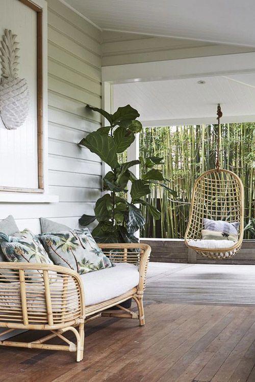 sillas colgantes de mimbre e en el jardín y la terraza camm deco
