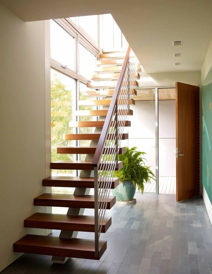 Escalera con escalones de madera en la casa moderna - Barandillas de escaleras interiores ...