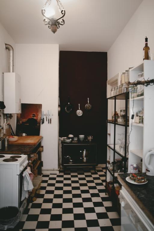 Schön eingerichtete Altbauküche in Berlin mit schwarz-weißem - küche fliesen boden