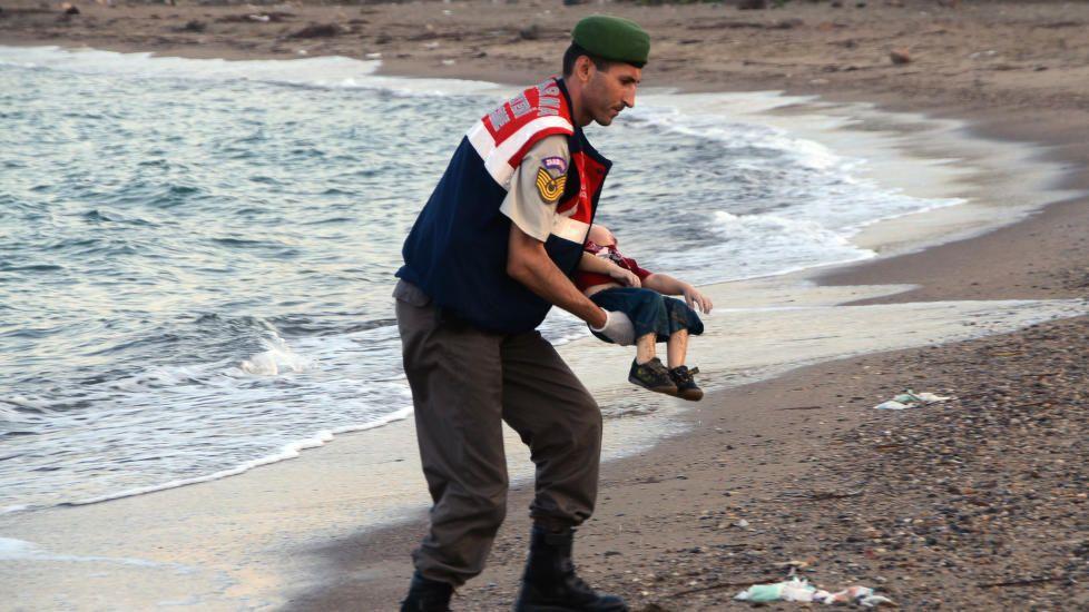 BILDET SOM RYSTER VERDEN: Bildet av Aylan Kurdi (3) som ble funnet død på strandkanten i Bodrum i Tyrkia er blitt et symbol på flyktningekrisen. Dagbladet 03.09.2015