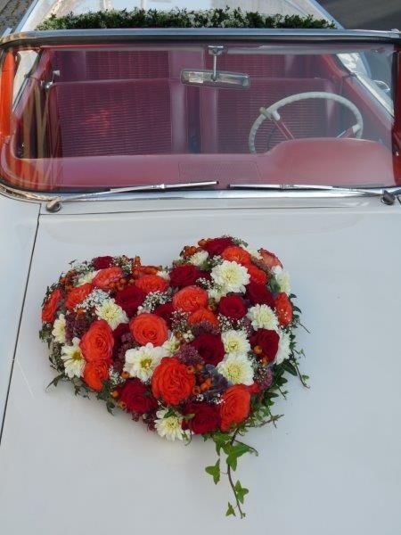 #herz #blumenschmuck #oldtimer #heart #flowers #weddingcar #getawaycar #hochzeit #wedding #hochzeitsauto #oldtimer #mieten #florist