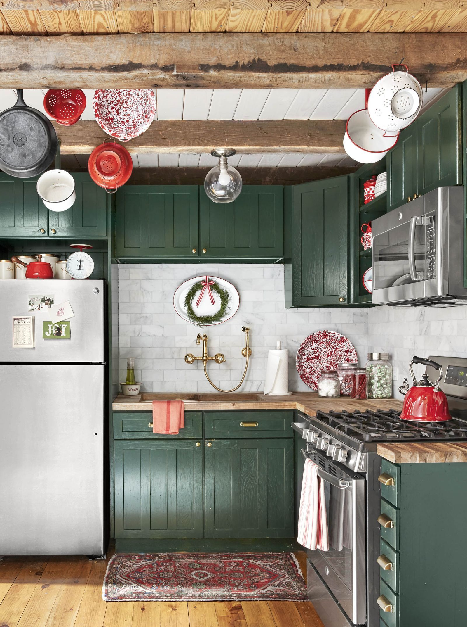 25 christmas kitchen decorating ideas to bring even more cheer into your home christmas on kitchen cabinets xmas decor id=45056
