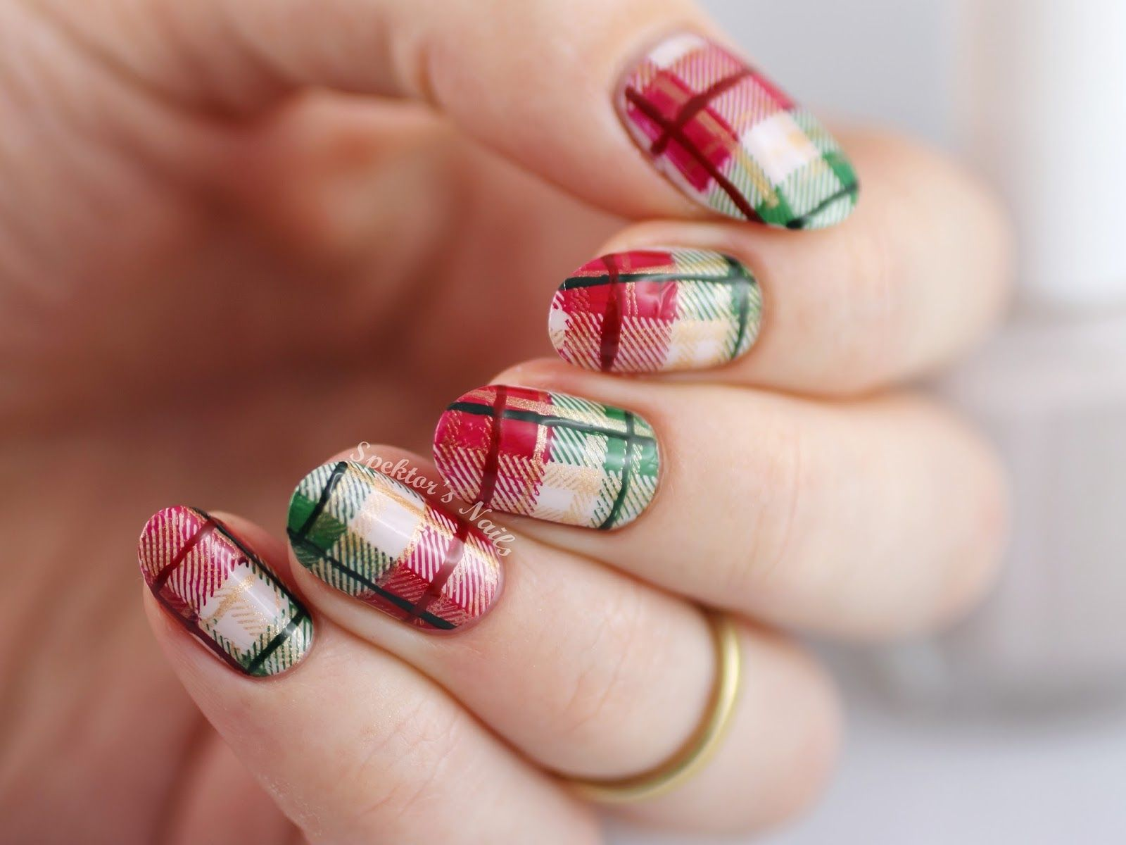 Spektor\'s Nails: Christmas Plaid Nails feat. Essie - Urban Jungle ...