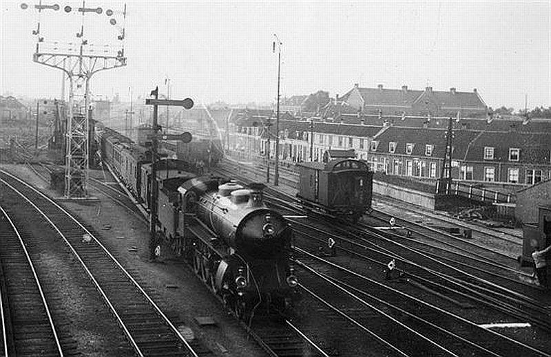 Verkeer in Utrecht | 1913 | Trein met stoomlocomotief rijdt het Centraal Station in. Op de achtergrond de Landstraat (gesloopt in jaren 60)