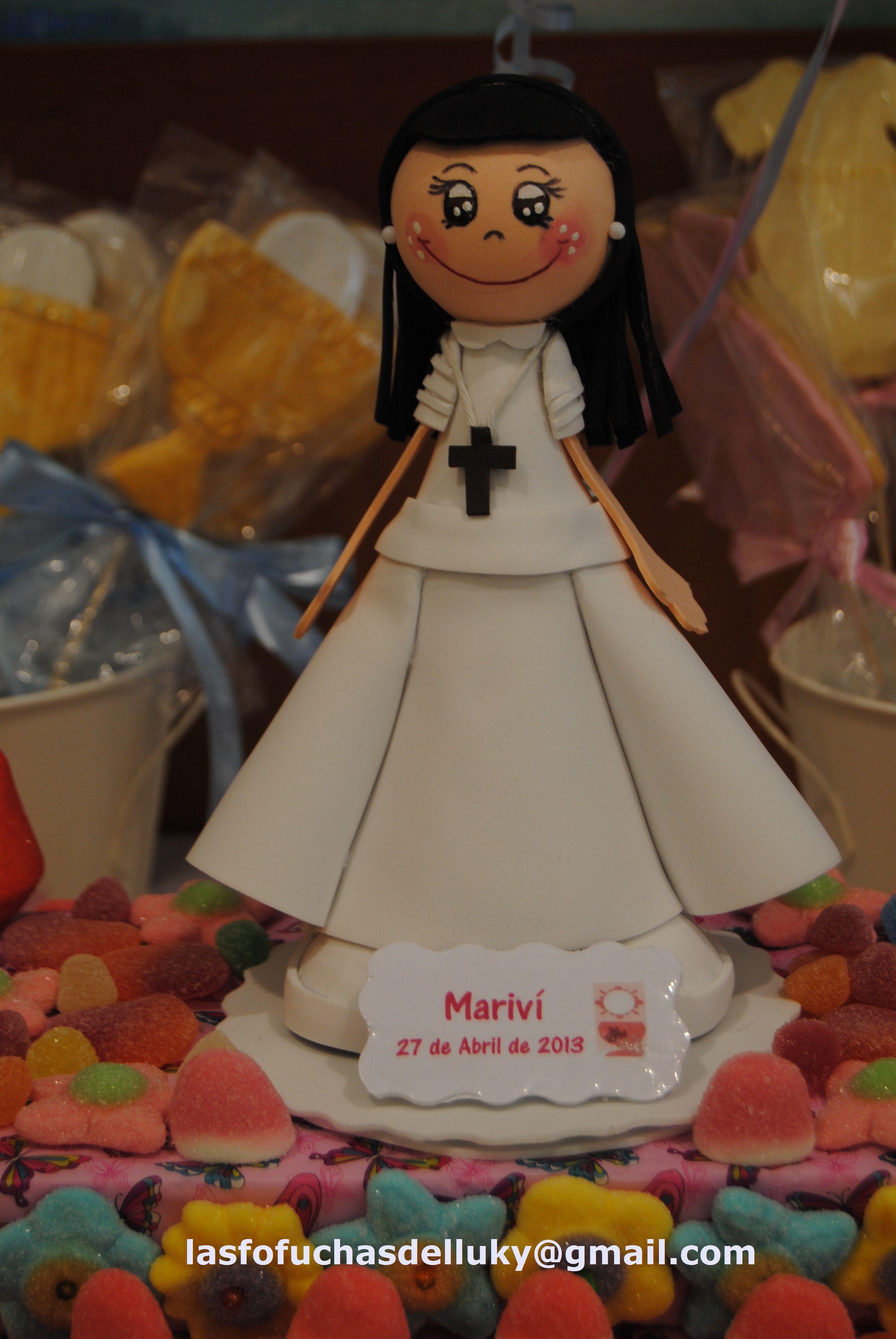 dee376a1f44 Fofucha Primera Comunión Mariví en tarta de chuches Fofucha doll First  Comunon Marivi on cake of sweets