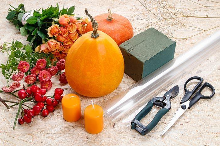 Herbstliche Tischdeko selber machen   Anleitung für Kürbis-Deko mit Blumen