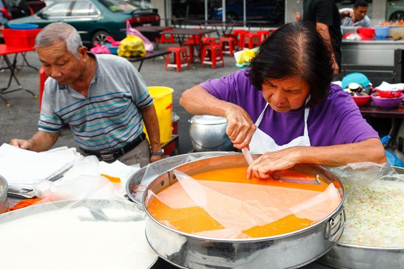 Imbi Nyonya Kuih stall is run by an old couple. They sell 6 items: yam cake, sago layered cake, kuih talam, kuih lapis, talam kacang merah and red bean soup