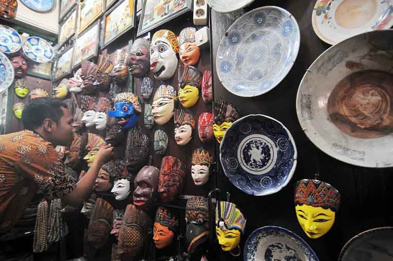 A visitor looks at some masks at the Triwindu Antique Market in Solo on Aug. 29. Original and replica antiques including masks, lights, billboards, fabric and jewelry are sold at the venue. (JG Photo/Ali Lutfi).