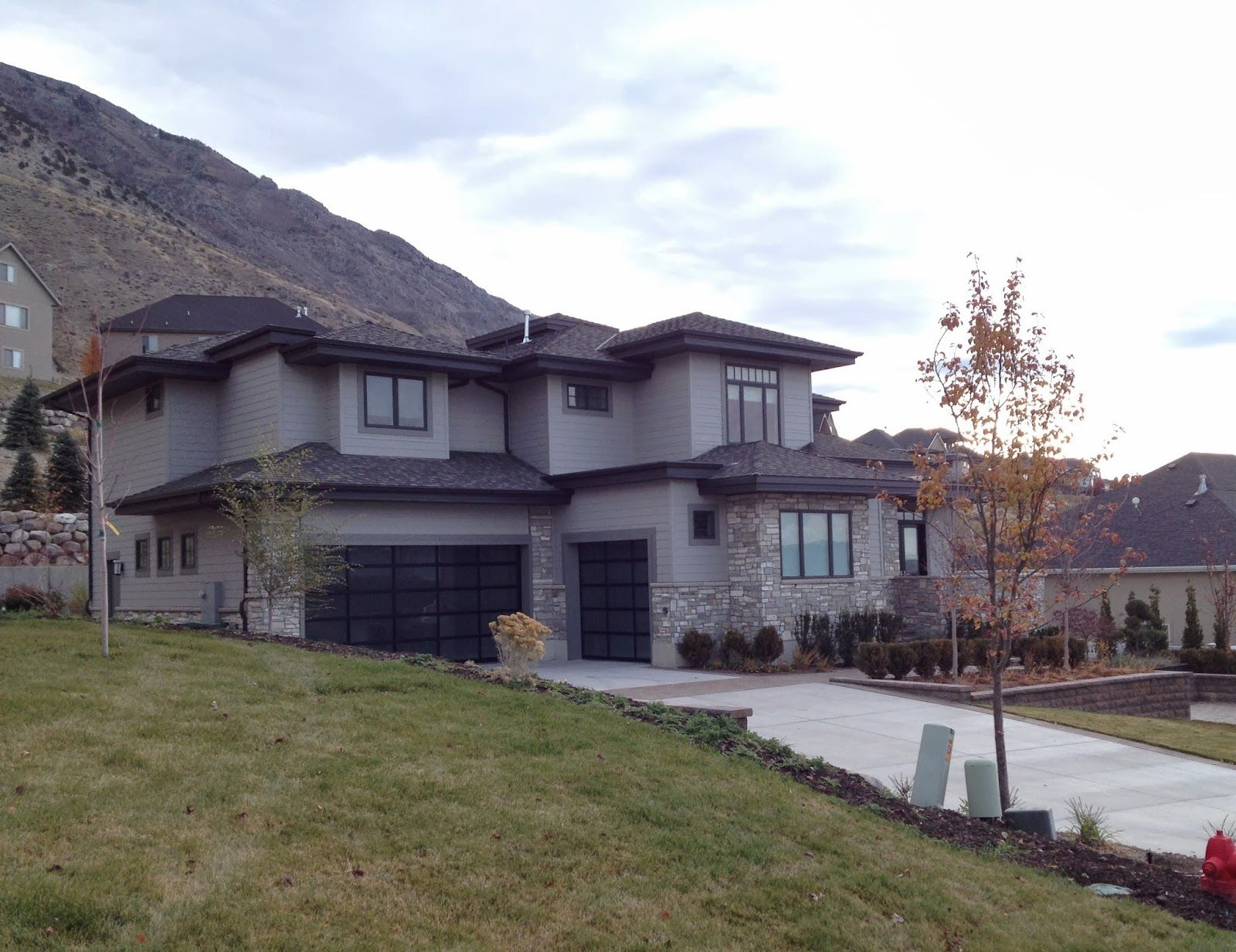 Gray contemporary stucco exterior grey stucco and stone for Modern stucco house