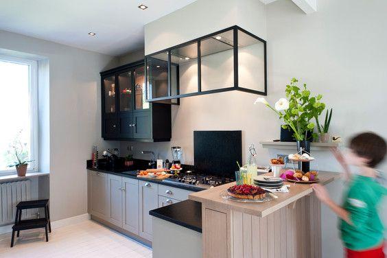 cellier gris chaud verri re hotte fabricant cuisine style cottage agencement sur mesure bois. Black Bedroom Furniture Sets. Home Design Ideas