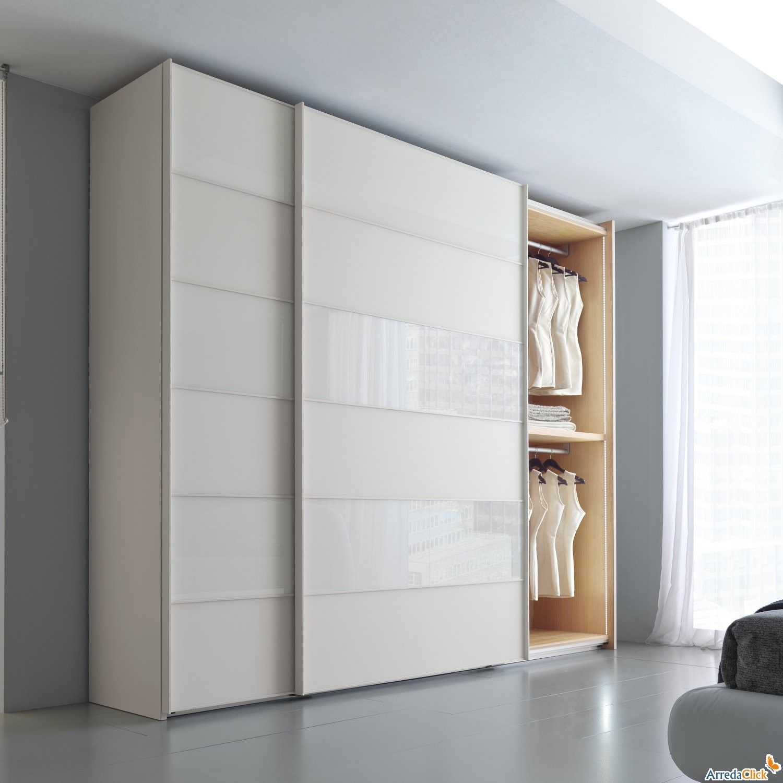 Este armario blanco est nel dormitorio sirve para for La stanza degli armadi