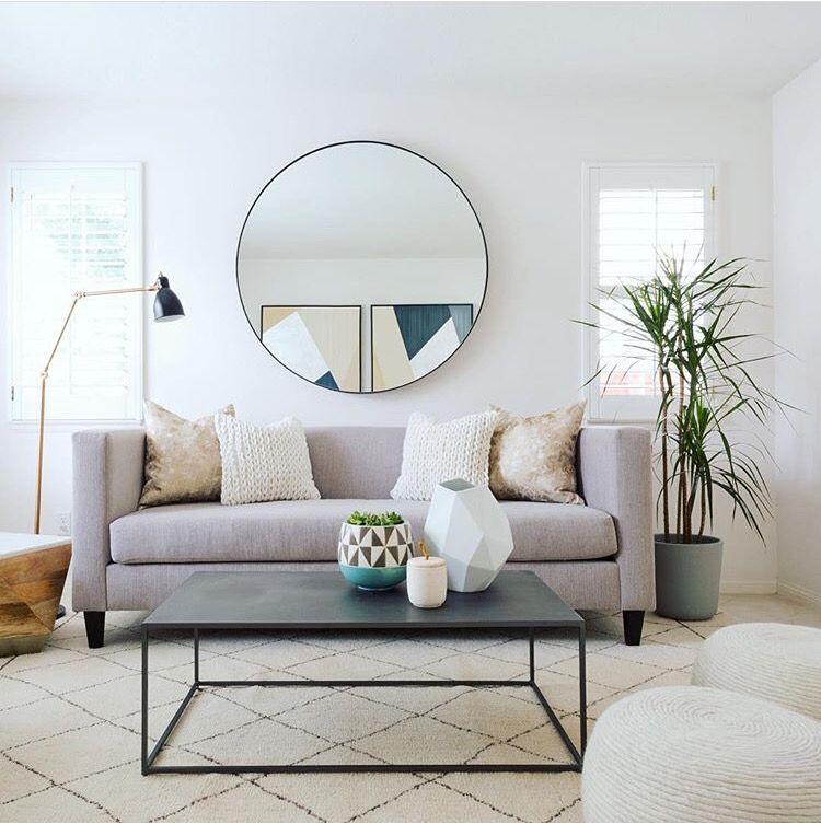 круглое зеркало над диваном фото