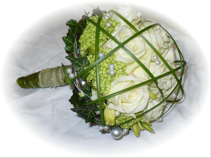 brautstrau wei und gr n green white wedding pinterest bridal bouquets and weddings. Black Bedroom Furniture Sets. Home Design Ideas