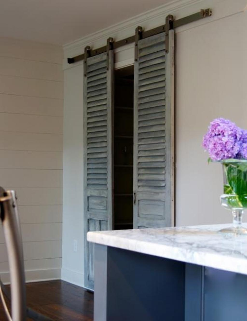 Barn window decor  duabord elle peint cette persienne brisée puis la dépose sur la