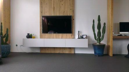 Zwevend televisie meubel met houten panelen erachter for Houten meubels woonkamer