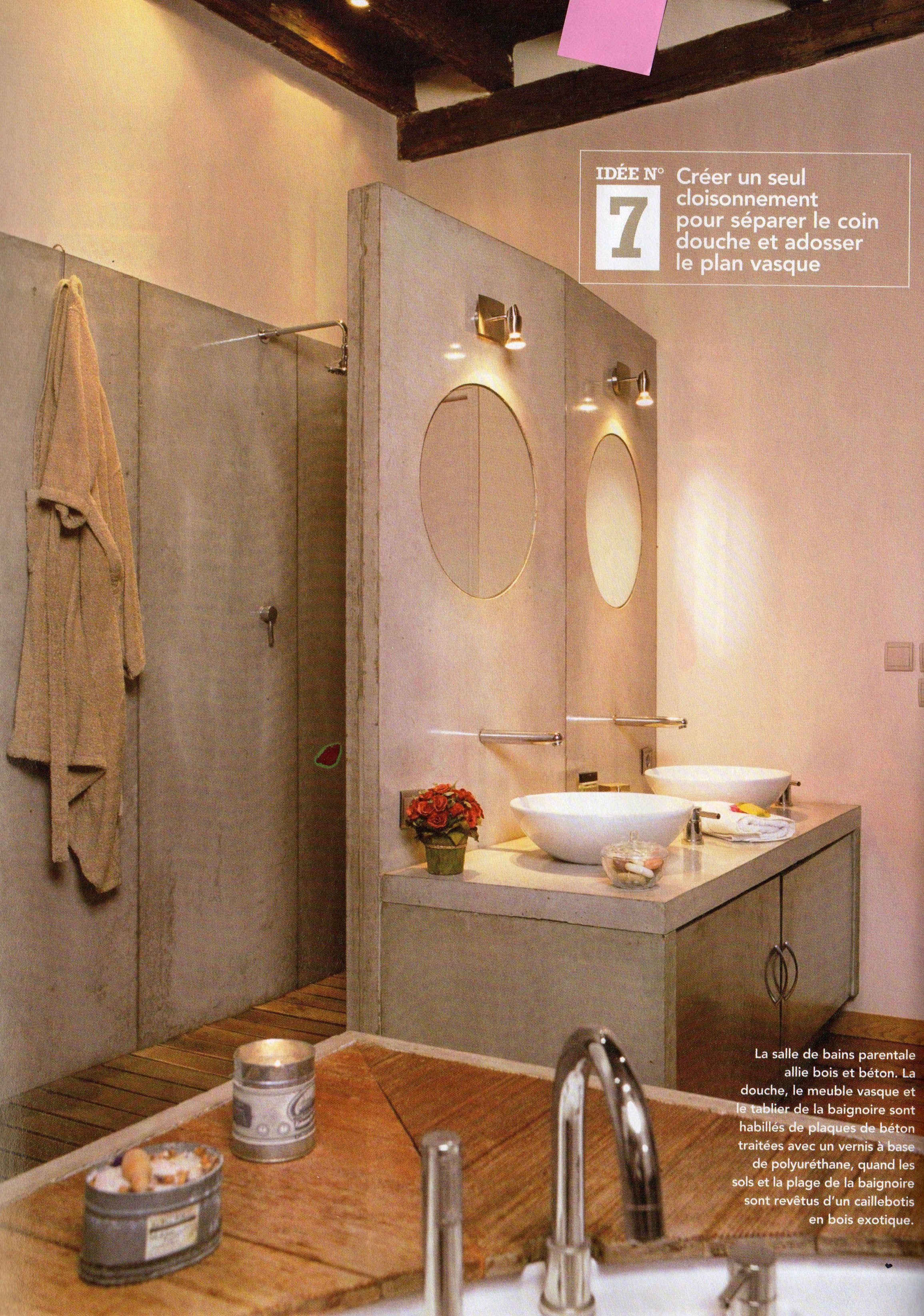 la salle de bain allie bois et béton. la douche, le meuble vasque et ...