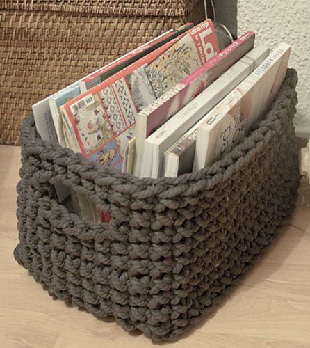 sch ner korb f r zeitschriften deko aufbewahrung h keln korb h keln und stricken und h keln. Black Bedroom Furniture Sets. Home Design Ideas