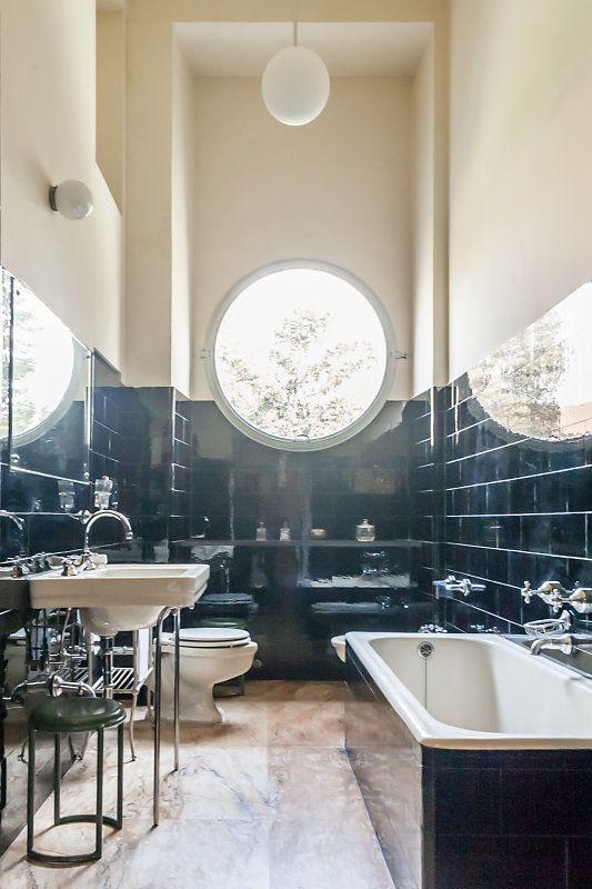 I M Still Trying To Figure Out The Half Windows In This Light Filled Bathroom Badezimmer Innenausstattung Badezimmer Jugendstil Traumhafte Badezimmer