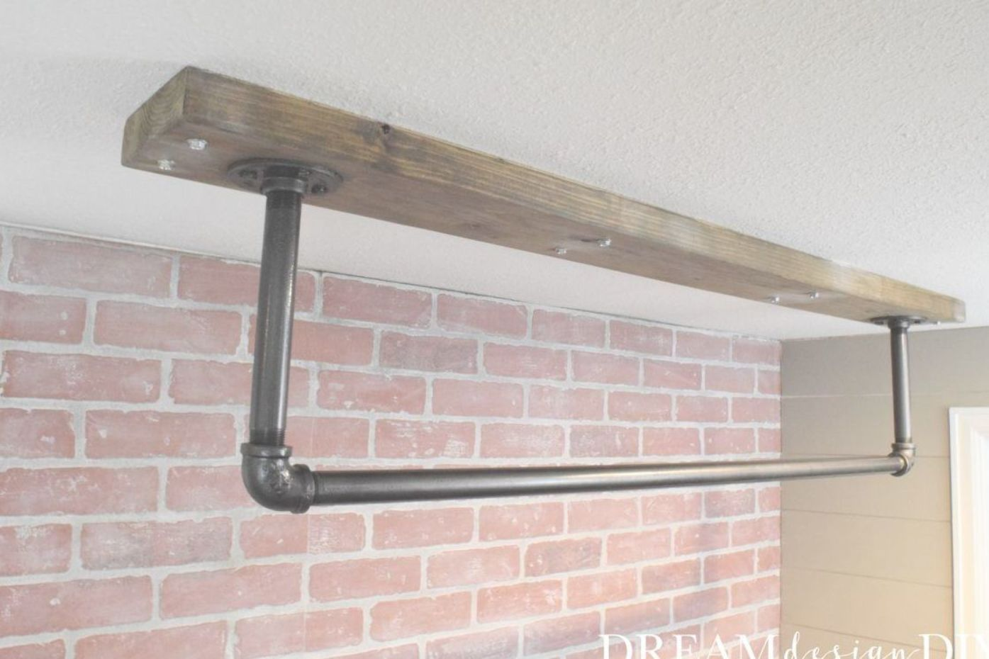 Selbstgebaute Bar A Ceiling Mounted Pull Up Bar Is A Perfect Addition To A Home Gym. Here Is A Detailed Tutorial To Make Your Own. #pullu… | Pull Up Bar, Diy Ceiling, Diy Pull