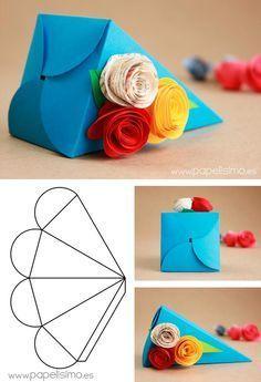Cajitas de regalo en forma de pirámide y decoradas con rosas de papel